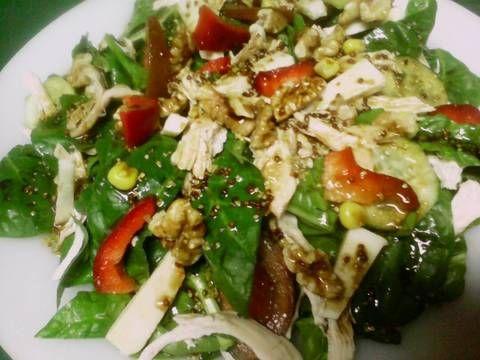 Fabulosa receta para Ensalada multicolor de pollo. Una ensalada que se convierte en plato único y completo, combinando las verduras con la proteina del pollo y los carbohidratos de los frutos secos. Nos aportan múltiples vitaminas y minerales y es una cena ideal para el control de peso.