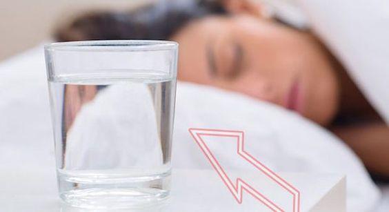 I pericoli della bottiglia d'acqua lasciata accanto al letto. Ecco quello che non immaginavi - http://www.sostenitori.info/pericoli-della-bottiglia-dacqua-lasciata-accanto-al-letto-quello-non-immaginavi/253021