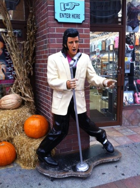 Elvis statue in Nashville