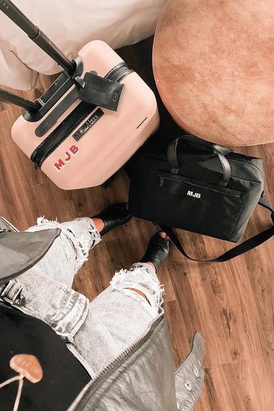 Una mujer con un par de maleta