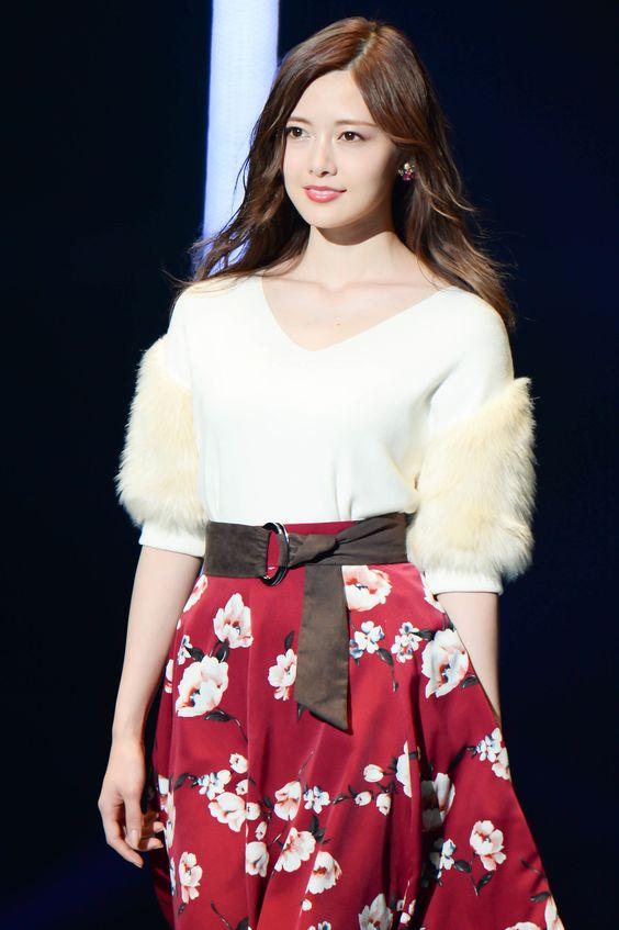 花柄の赤いスカートをはいた白石麻衣