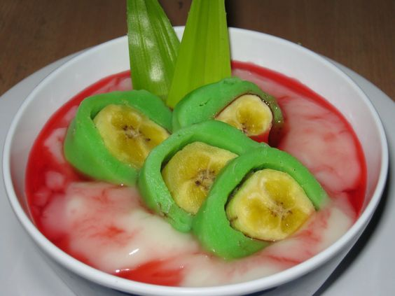 Es pisang ijo, literally means green banana ice, is sweet rice flour porridge with steamed bananas coated in green layer and red rose syrup poured with ice, specialty of Makassar, South Sulawesi: Indonesia Food Drink, Indonesian Sweets, Indonesian Drinks, Indonesian Food Snacks, Food Indonesian, Indonesian Snack, Indonesian Recipes, Indonesian Foods, Indonesian S Food