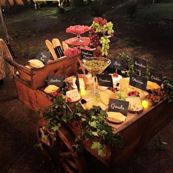 Mesa de quesos en carreta de madera