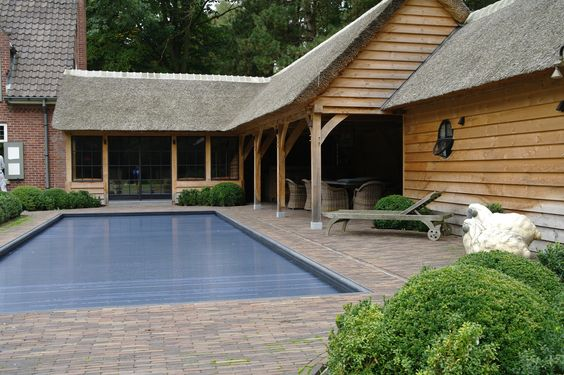 Eiken aanbouw met een zithoek voorzien van smeedijzeren ramen met overdekt terras bar - Leuningen smeedijzeren patio ...