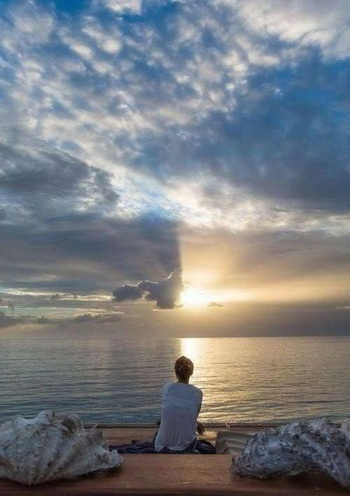 """""""Às vezes tememos o futuro, tanto o certo, como a morte, quanto o incerto, como alguma perda ou doença...Também tememos, a felicidade e a abundância, pois secretamente percebemos que também elas exigirão algo de nós... Assim desperdiçamos, talvez, o nosso futuro. O futuro reserva para nós coisas que talvez exijam de nós o extremo. Também reserva o que nos alivia, pacifica e preenche no mais íntimo. Ele se torna grande para quem está aberto e disponível para ambas as coisas"""". (Bert Hellinger)"""