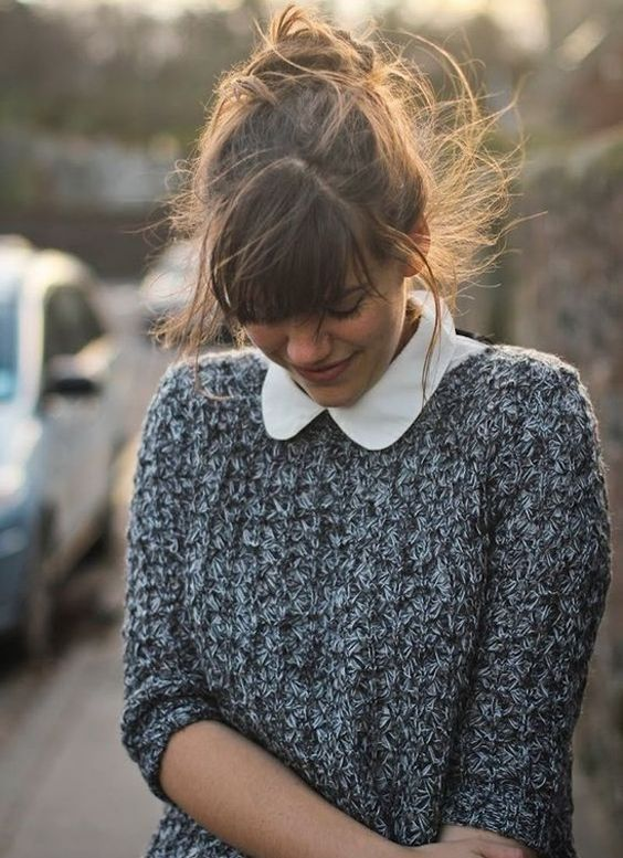 Chemise col Claudine + pull en grosse maille + chignon flou = <3 http://www.taaora.fr/blog/post/idee-tenue-chemise-blanche-col-claudine-pull-gris-noir #look #style #mode