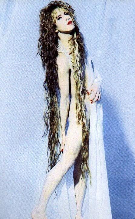 白い布をかけているロングヘアーのXJAPAN・YOSHIKIの画像
