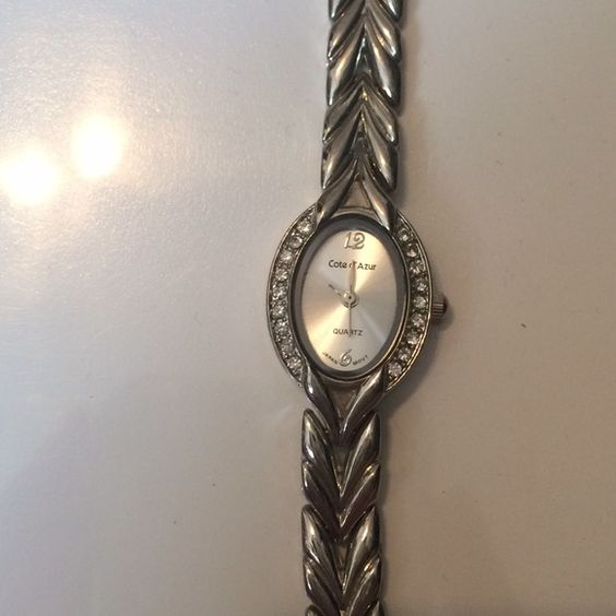 Quartz watch Needs battery excellent condition Jewelry