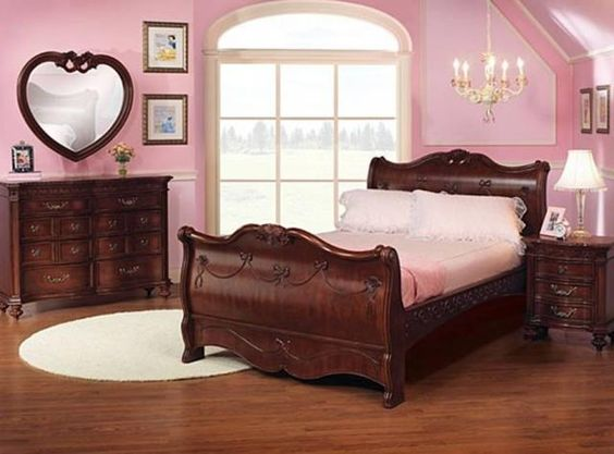 Disney bedroom Love the heart mirror! Disney Bedroom Pinterest