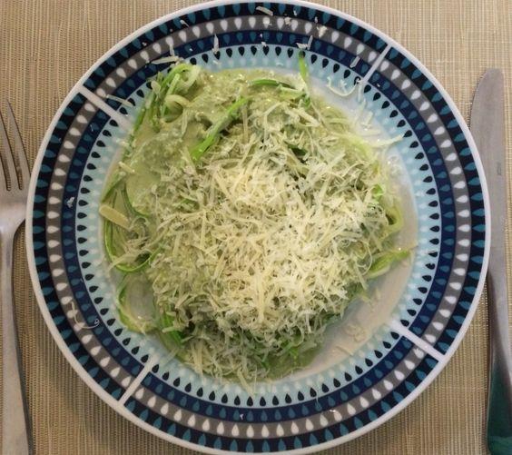 Espaguete de abobrinha com molho pesto