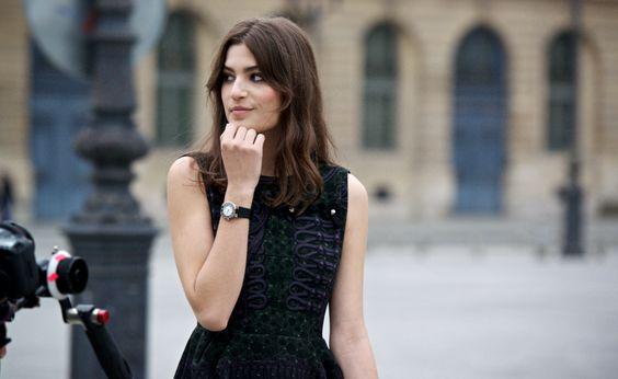 La modelo y actriz #AlmaJodorowsky con #reloj #Chaumet #ClassOne movimiento de #cuarzo, #cristal #zafiro, calendario a las 6, caja de #acero y correa de #caucho.  #Relojería #ZapataJoyeros #Barcelona