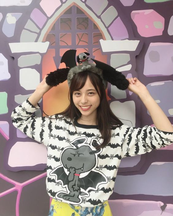独特な服装の山本萩子アナ