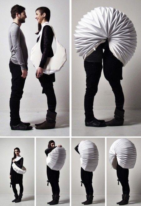 """Designed by GAIA,  """"Veasyble"""" est un projet basé sur trois mots : isolement, intimité et ornement. Il se compose d'un ensemble d'objets portables qui peuvent être convertis en moyens d'isolement.  ici,Veasyble permet de créer son propre espace personnel. Il se présente sous la forme d'un sac à main qui se déplie pour former un cocon géant.  Matériaux : Pliage papier et polyéthylène"""