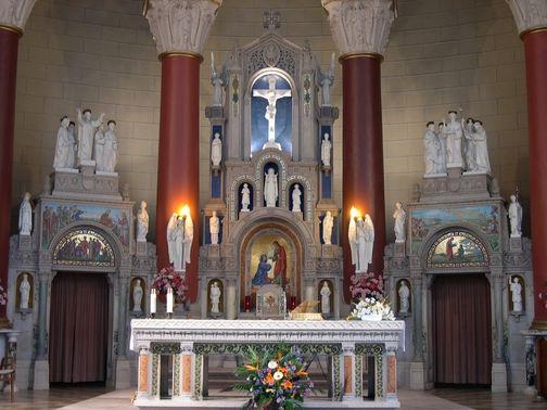 Montréal, je me souviens !: Église Nativité-de-la-Sainte-Vierge | Vue rapprochée de l'autel de l'Église Nativité-de-la-Sainte-Vierge