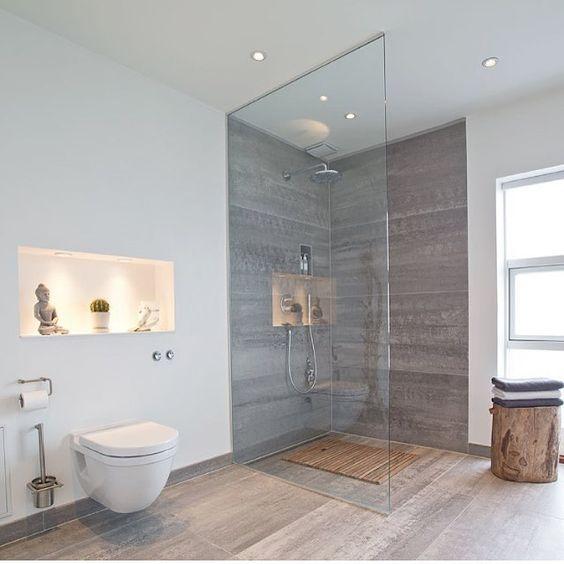 Lekkert bad ~ stilig løsning med nisje og lys over toalettet ...
