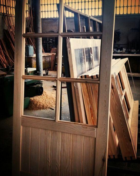 Puerta modelo machihembrada, fabricada en madera maciza de pino, modelo cristalera V-6, perfecta para colocación como corredera. www.carpinteriabacigalupe.com