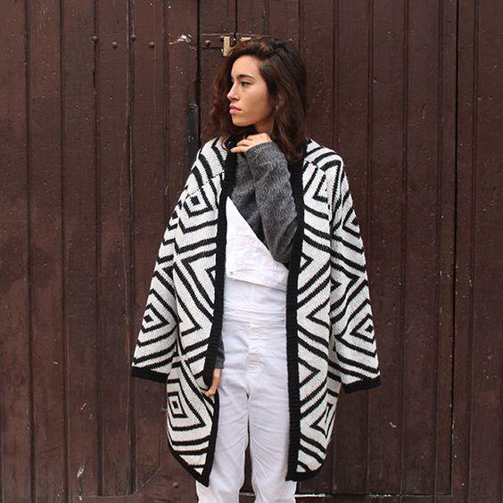 15-colgadas-de-una-percha-blanche-blanco-white-gris-grey-peto-dungarees-mocasines-loafers-b-&-w-negro-black-estampado-geometrico-geometric-print-10