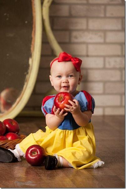 """Bebê recria clássicos dos contos de fadas em fotos fofinhas de Dmitry Tweet Fotos de bebês fazem sucesso quase 100% do tempo. Imagine então quando toda uma produção é feita para recriar personagens clássicos da Disney em contos de fada. O ensaio intitulado """"Era Uma Vez"""", criado pela fotógrafa Wendi Riggens, está rodando o mundo através das redes sociais e colocando um sorriso no rosto de muita gente."""