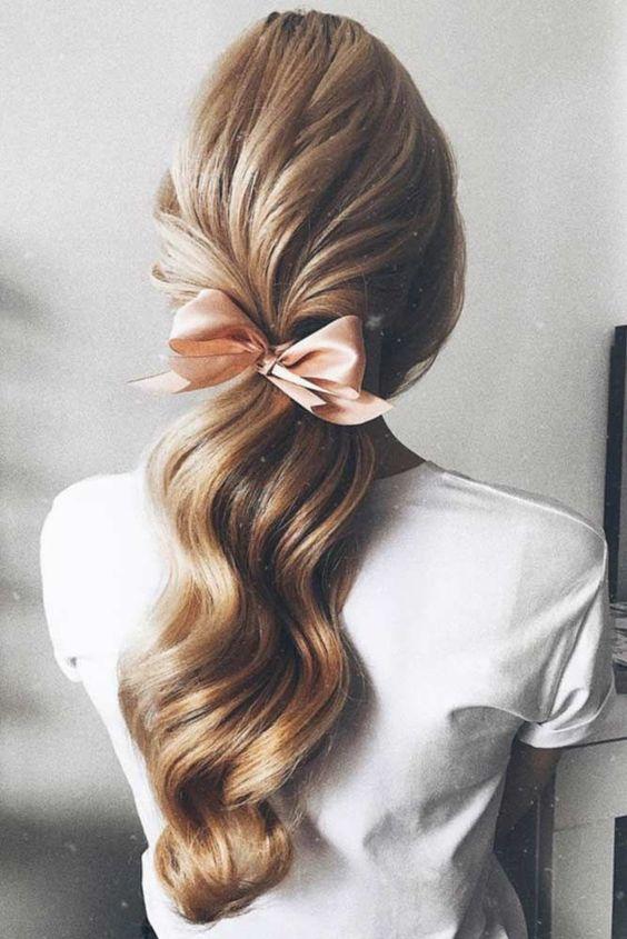 Curly Hair And A Bow 2020 Sac Stilleri At Kuyrugu Sac Modelleri Kivircik Sac