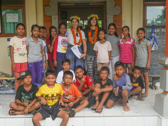 A lovely group picture of Belen and Marijose and their students!