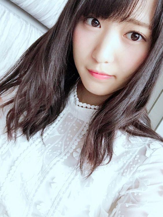 白い服の菅井友香