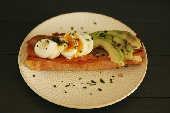 Frühstück: Brot mit Avocado, Ei und Bacon