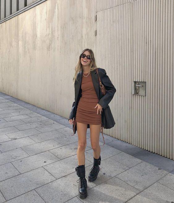 Look moderno com vestido, blazer e coturno