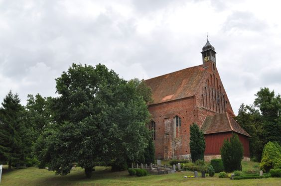 Die ältesten Kirchen auf der Insel Rügen stammen aus dem 12. Jahrhundert. Auf dem Bild ist die Dorfkirche in Gustow zu sehen...unternehmen Sie doch einmal eine Kirchentour auf der Insel Rügen und entdecken Sie die vielen interessanten Bauwerke!   Schönes Wochenende!