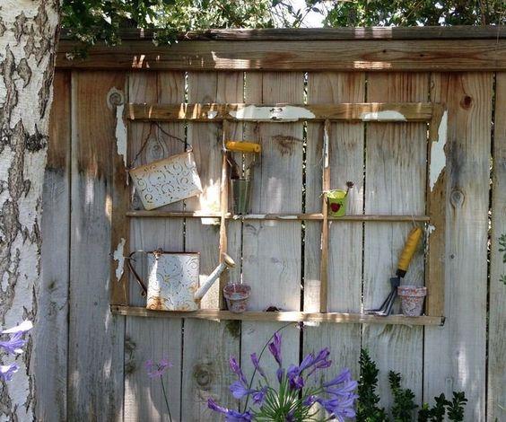 idées déco jardin - clôture de jardin en lattes de bois décorée d'un cadre de vieille fenêtre
