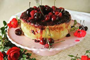 Una tarta de queso que se cocina en el horno y que está 'coronada' de un irresistible coulis de cerezas y frambuesas que la hace irresistible.