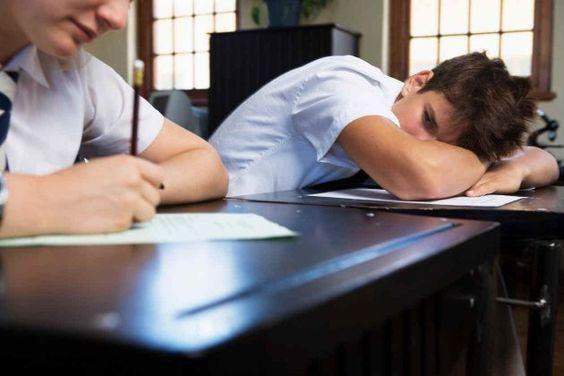 """El cansancio en los adolescentes.  El que hasta hace unos días era un niño activo y lleno de energía, hoy parece estar todo el tiempo cansado, le cuesta despertarse y vive """"aplastado"""". El cansancio en los adolescentes es algo bastante común y está directamente relacionado con los hábitos de sueño durante esta etapa de cambios. Leer Más...."""