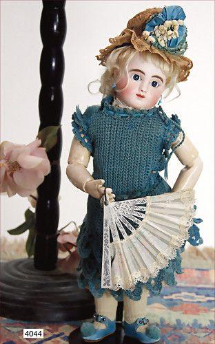 STEINER franz. Bébé Figure, C.n.0 Steiner Paris, Biskuitporzellan-Kurbelkopf-Puppe, mit Augenmechanismus, Hebel zum öff./schließ. der strahlend blauen Paperweight-Augen, franz. Gliederkörper, gem. le petit parisien Paris, blonde gelockte Mohairperücke, mit altem Korkdeckel, Korkdeckel wurde nicht entfernt, durchst. Ohren, 36 cm, alte Unterkleidung, blaues Strickkleid, schönes, altes Häubchen