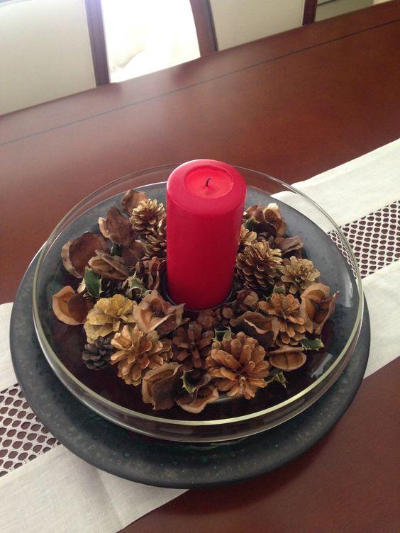 Centro de mesa navide o realizado con pi as velas y - Adorno navideno con pinas ...