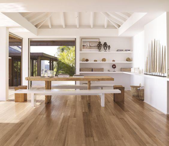 Soggiorno con piastrelle effetto legno a pavimento  For My home ...