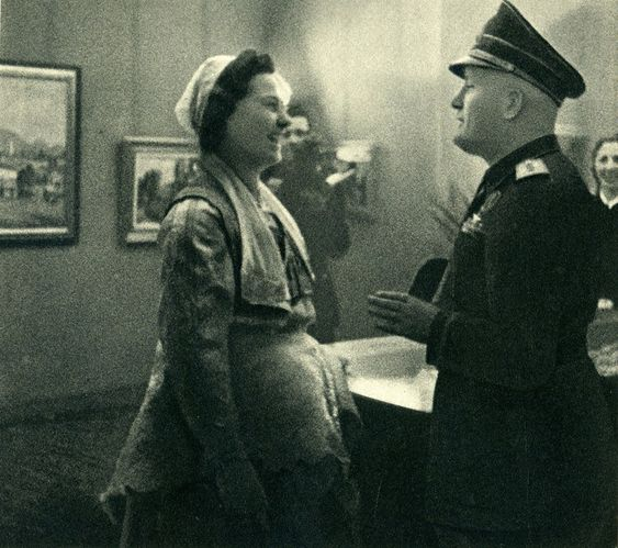 Albanian woman meeting Benito Mussolini (Photo: Giuseppe Massani, 1940)