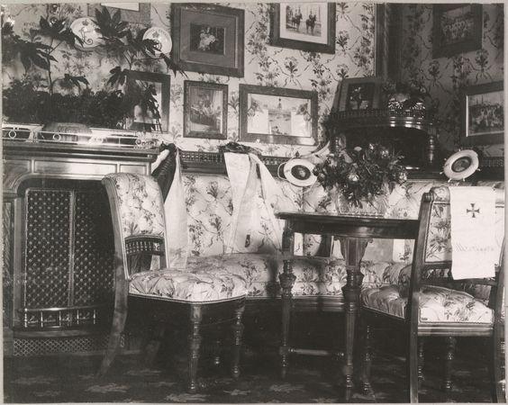 """""""As cabines de Suas Majestades no Standart"""" Salão de beleza da Imperatriz, mostrando móveis coberto de chintz."""