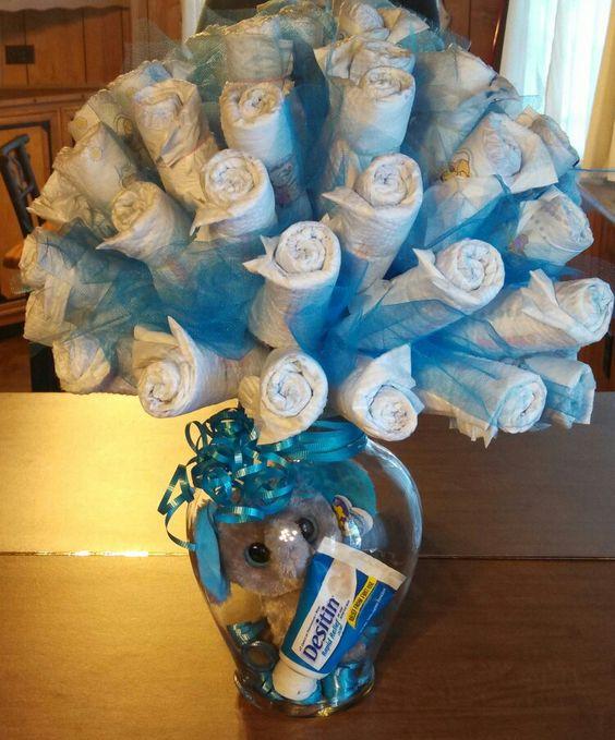 Ramo de pañales como centro de mesa para baby shower. #DecoracionBabyShower