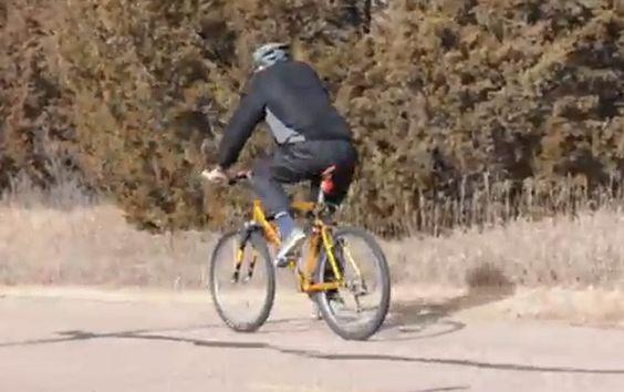 Homem faz 'moonwalk' de bicicleta ao enfrentar vento e divide internautas