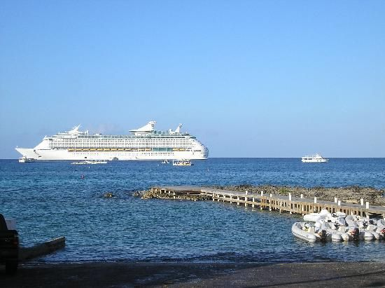 Marriott Grand Cayman Beach Resort: cruise ship near George Town