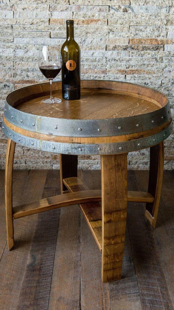 Un ancien tonneau en bois recyclé en table basse