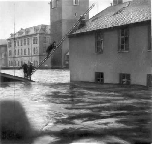 Weder Regen- noch Schmelzwasser konnte der Boden aufnehmen. Über Leitern verließen diese Wirtsleute und Gäste am Morgen das Gasthaus zur Pegnitz