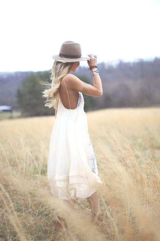 chapéu e vestido fluido