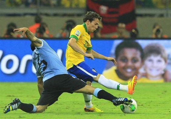 BEL66. BELO HORIZONTE (BRASIL). 26/06/2013.- El jugador de Uruguay Walter Gargano (i) disputa el balón con el brasileño Bernard (d) hoy, miércoles 26 de junio de 2013, durante la semifinal de la Copa