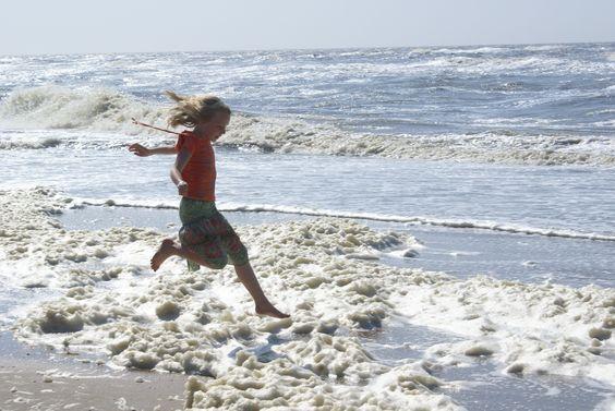 Photo Roos Gast  #children #photography #beach #sea #waves #fotografie #kinderen #pose #strand #idee #mooi #beautiful #gorgeous #nature #sky #natuur #sandcastle #zandkasteel #photo #foto #fotografia #gaaf #child #happy #jumping #springen #golven #zee #blij #enjoy #joy #playing_child #spelend_kind #spelende_kinderen
