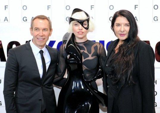 "Lady Gaga with artists Jeff Koonsand Marina Abramovic at ""artRave"" in New York (photo: dpa)"