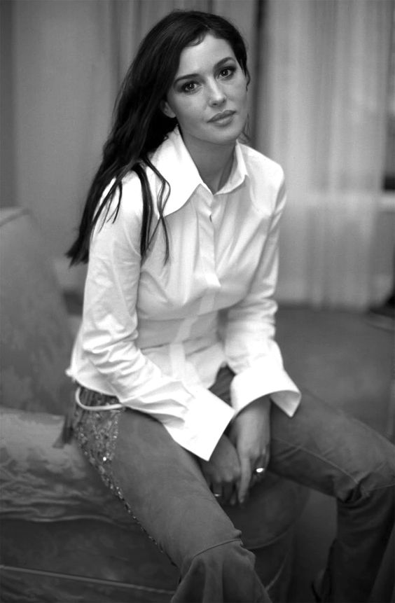 Monica Bellucci #jeans #assise