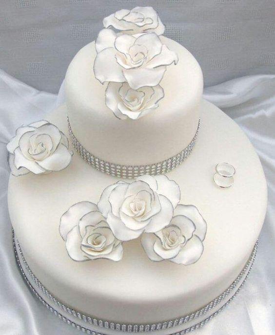 Torta nuziale bianca e delicata con fiori. guarda altre immagini ...