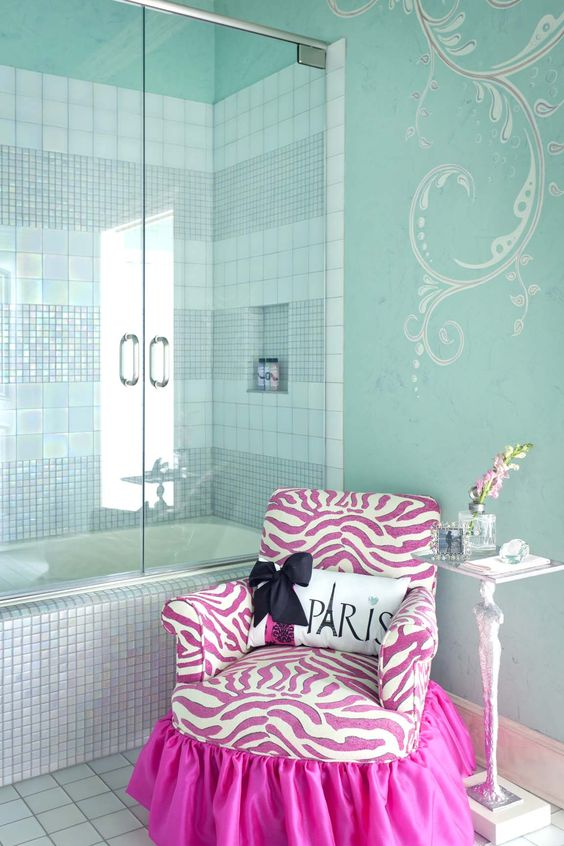baño bathroom bañera bath bathtub fucsia fuchsia paris chair sillón sofá blanco white decoración decoration miraquechulo