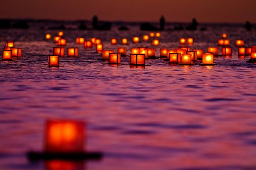 Floating Lanterns, Honolulu, Hawaii  photo via orion
