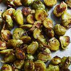 Spruitjes uit de over met gebakken kipfilet. Complete maaltijd met groente, eiwit en vetten.